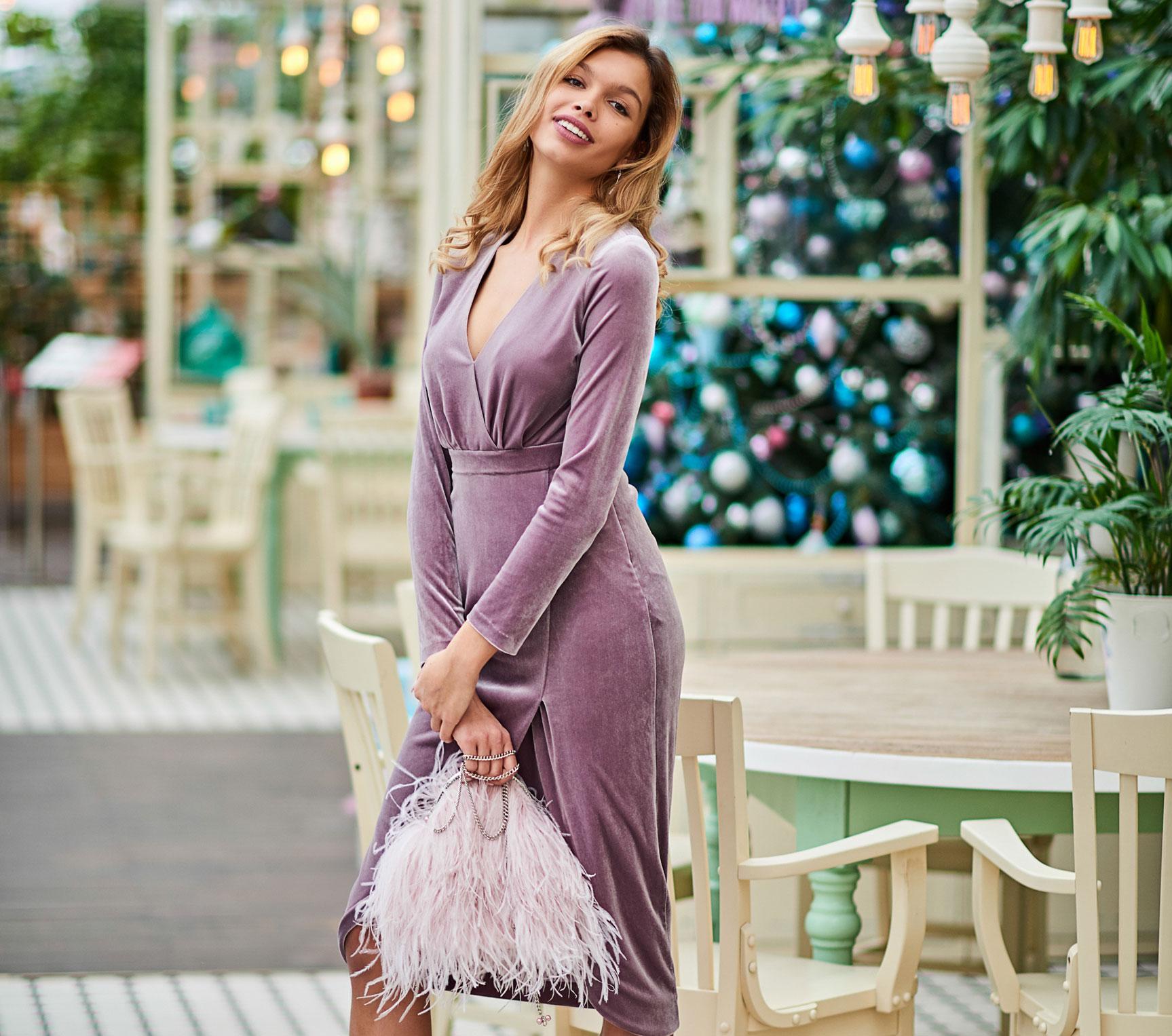 Анна Шорникова демонстрирует новогодние модели женской одежды модного бренда T-Skirt / фото 01