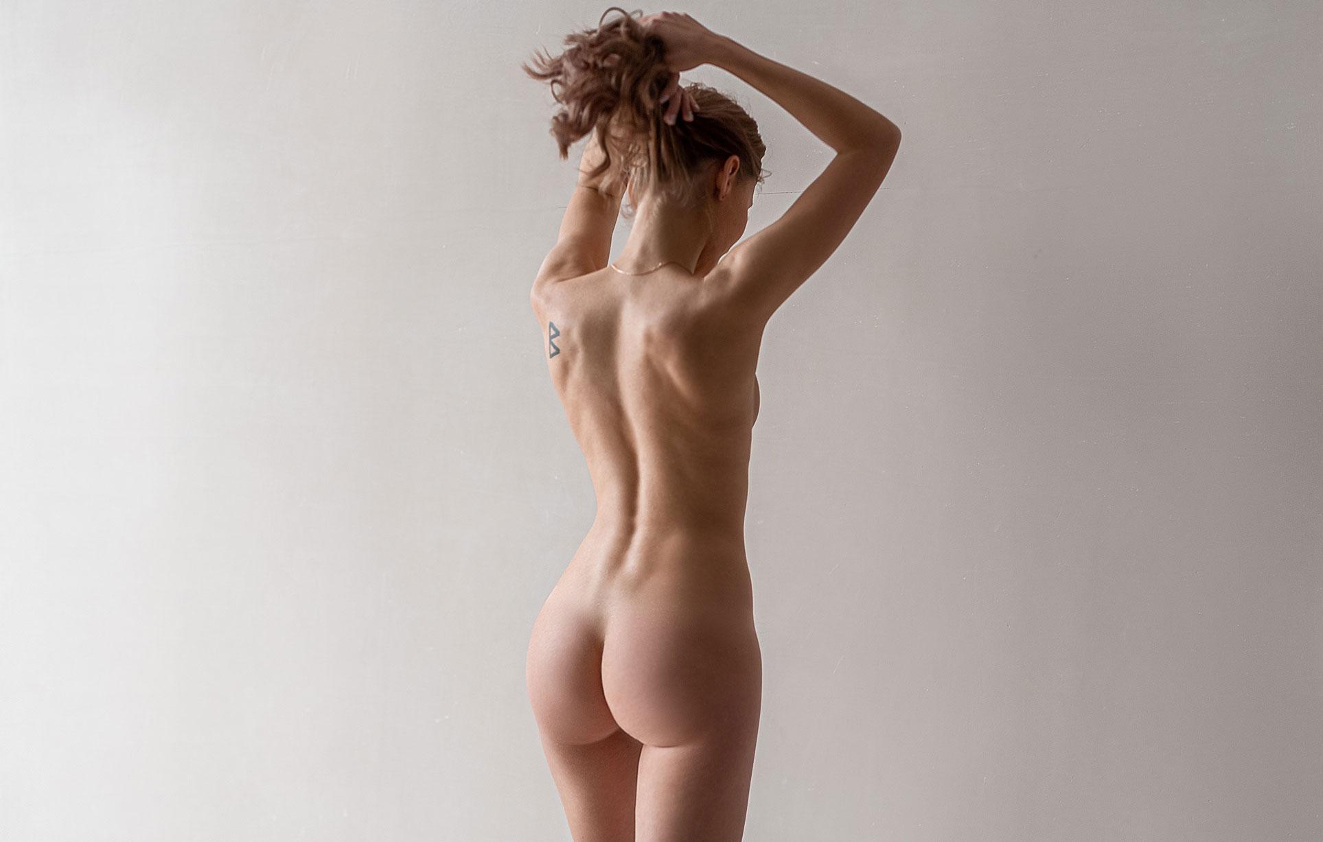 Тэш в сапогах и пальто на голое тело / фото 03