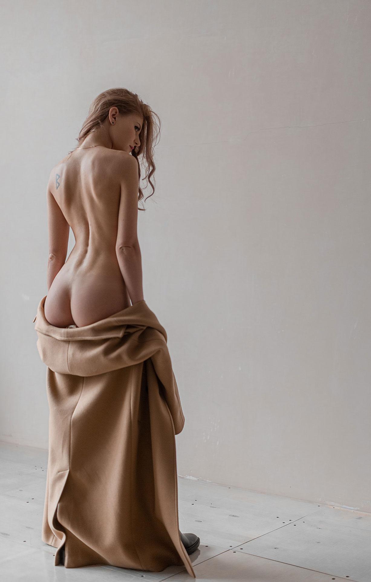 Тэш в сапогах и пальто на голое тело / фото 05