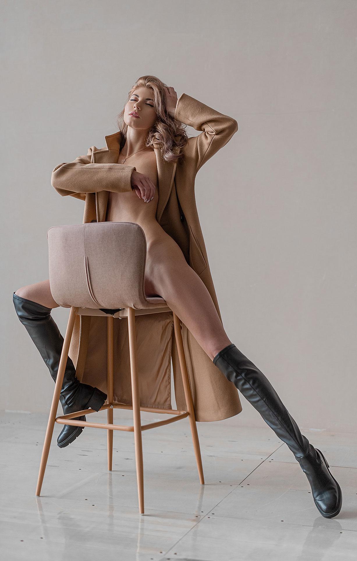 Тэш в сапогах и пальто на голое тело / фото 08