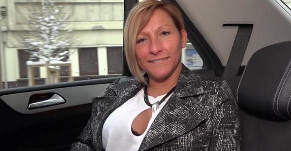 Laura, 41ans, responsable des achats - Laura [JacquieEtMichelTV/Indecentes-Voisines] (FullHD 1080p)