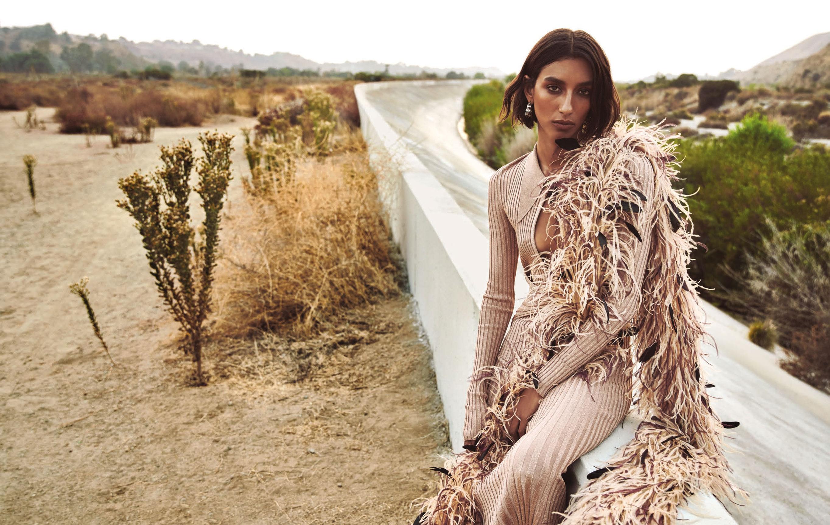 Хейли Эштон на дороге, ведущей к Лос-Анджелесу / фото 01